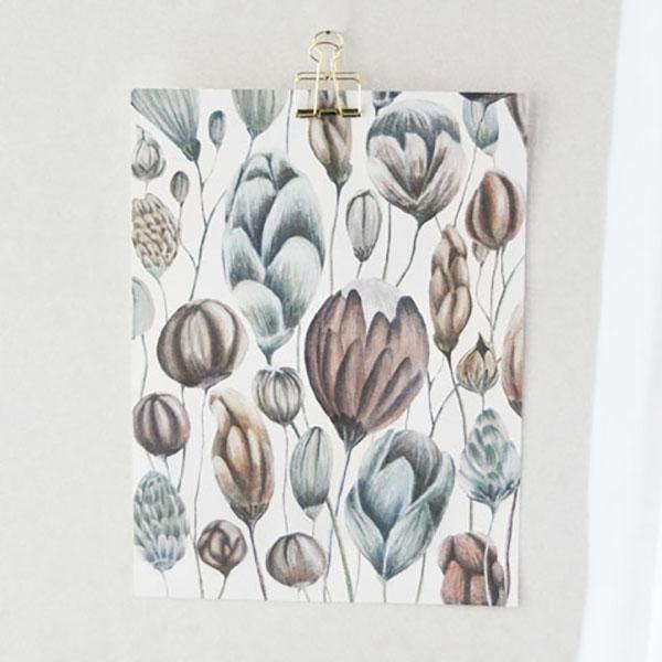 Poster fleuri accroché par une épingle