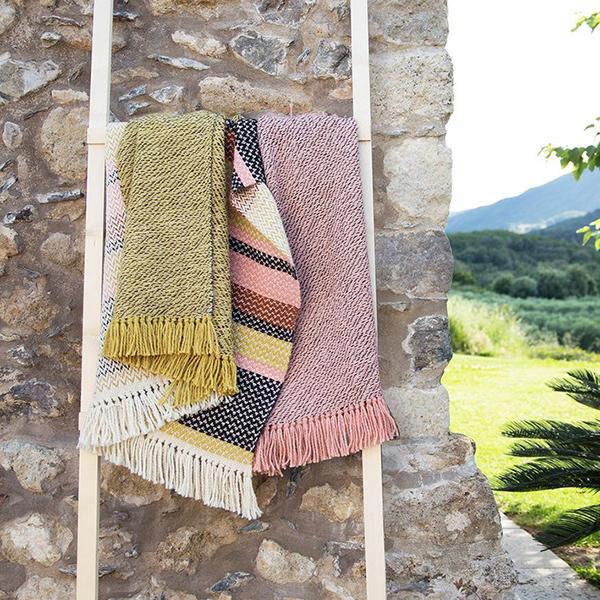 accumulation de tapis colorés sur une échelle