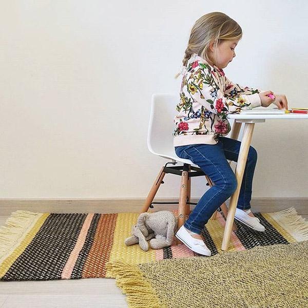 tapis pour chambre d'enfant rose, jaune et gris