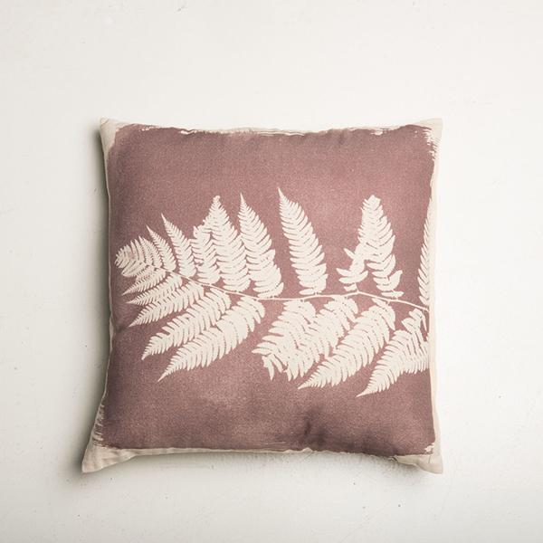 coussin marsala avec motif végétal de fougère