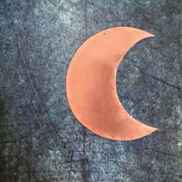 Petite lune en cuivre de la créatrice delphine plisson, fabriquée à la main en France