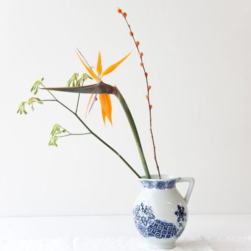 Jarre bleu et blanche à motifs utilisée comme vase