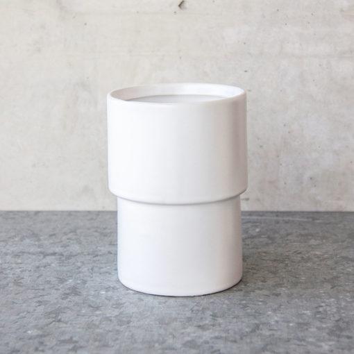petit pot blanc pouvant être utilisé comme vase