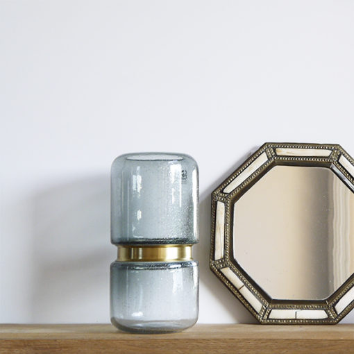 vase gris avec ceinture en laiton dorée