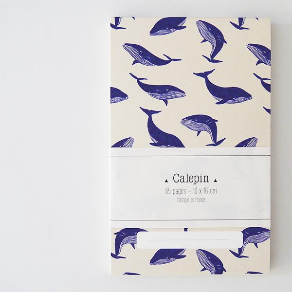 calepin avec de motifs de baleine bleue