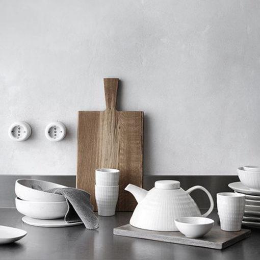 théière blanche et planche à découper en bois broste copenhagen pour une déco rustique et bohème
