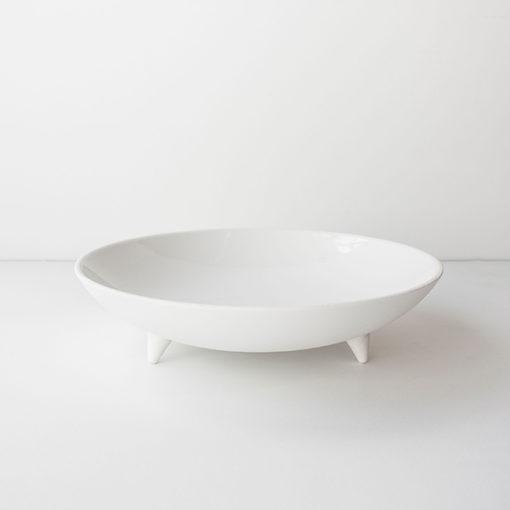 plat blanc immaculé sur pieds