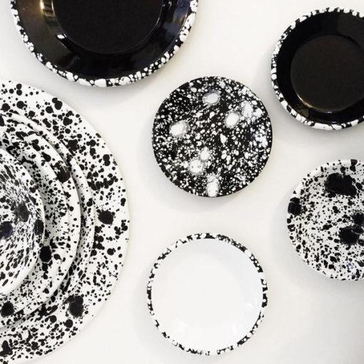 vaisselle en émail mouchetée noir et blanc bornn
