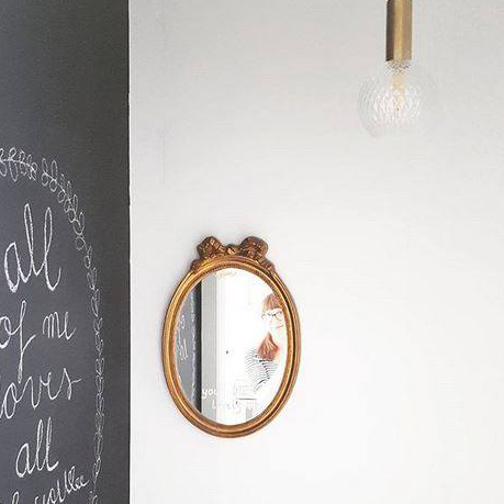plafonnier en cuivre et ampoule vintage