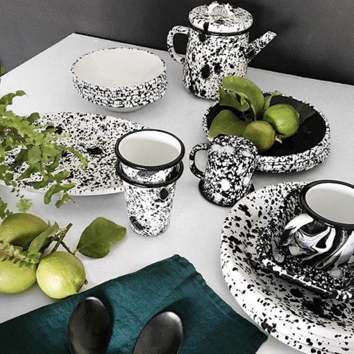 jolie vaisselle en émail noir et blanc moucheté